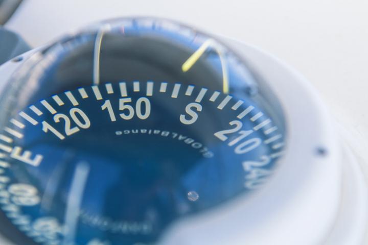 Comment bien choisir son compas magnétique de navigation ?